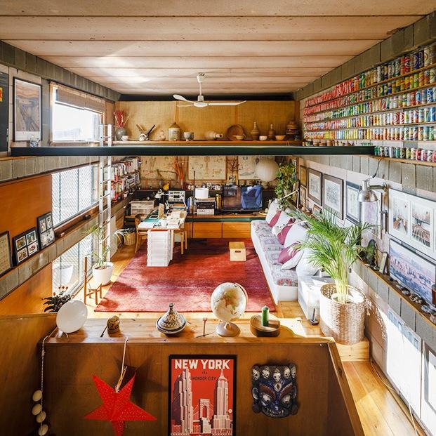 Visa del salón de la casa Mas-Ram de Alfons Soldevila y sus acumulaciones de objetos y recuerdos
