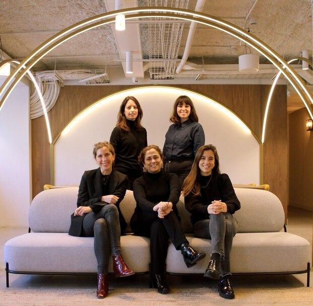 Gracia Cardona, CEO de Decotherapy, junto a su equipo