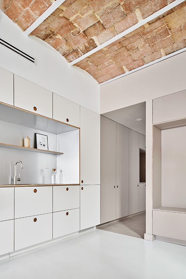 Tras la cocina un pasillo conduce a la zona de baño y dormitorio