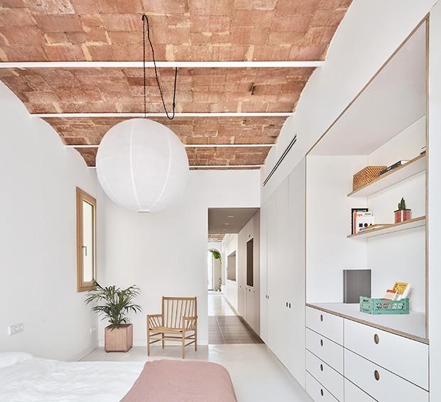 El estudio de arquitectura Allaround Lab ha rehabilitado este viejo piso de 75 m2, situado en el centro de Barcelona, para adaptarlo a una joven pareja que deseaba luz, independencia, flexibilidad y espacios abiertos. Dormitorio
