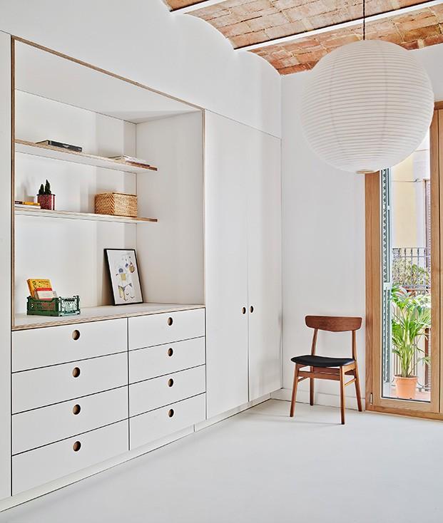 piso rehabilitado Barcelona por AllAround Lab. Zona armarios Cubro