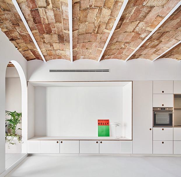 Vista del mueble diseñado por los arquitectos y relizado por Cubro. El fondo es una pantalla para proyecciones. A ambos lados se encuentran integrados los altavoces.