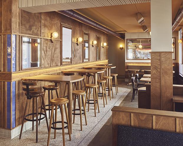 Brown cafe en Ámsterdam Arie Op de Hoek diseñado por Studio Modijefsky