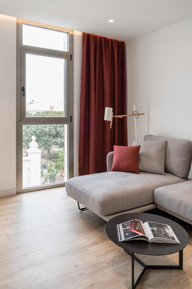 Una cocina turquesa, una claraboya y escaleras de hierro. Casa HE en Mahón de Líniarquitectura