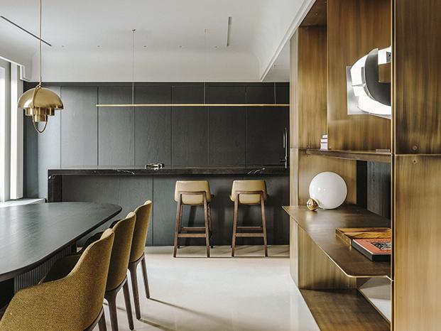 La cocina se abre al comedor con mesa de Gubi y sillas de Poliform