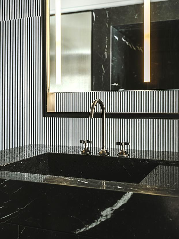 baño en marmol negro marquina con griferia de Dornbracht