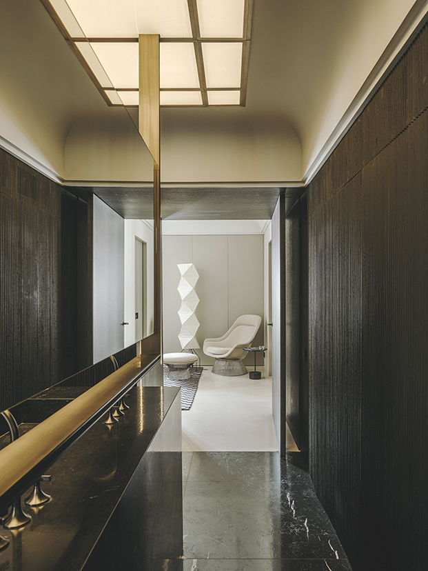 Detalle del falso  lucernario que da luz al baño, al fondo dos piezas icónicas la lámpara Akari de Isamu Noguchi y la Platner de Knoll