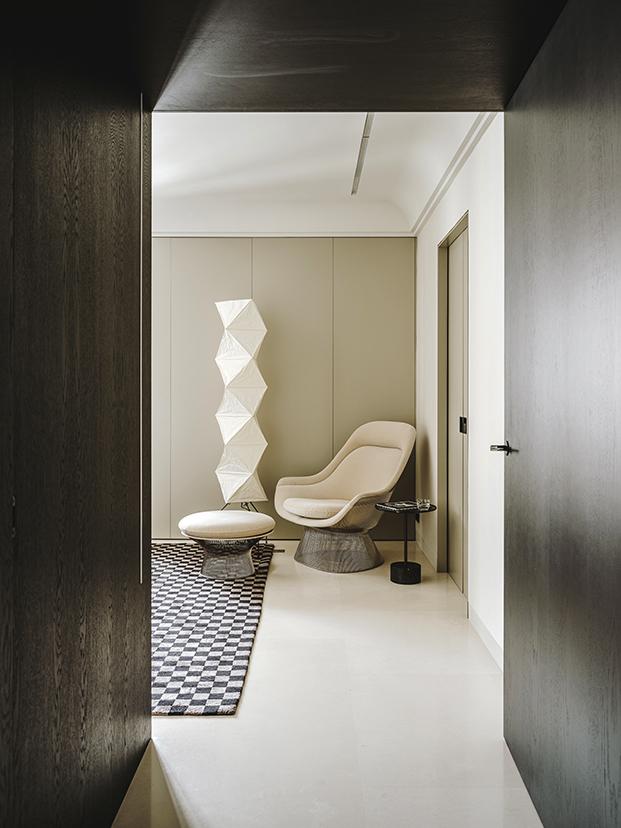 Dos piezas emblemáticas, la lámpara Akari de Isamu Noguchi que edita Vitra y el sillón con reposapies Platner de Knoll