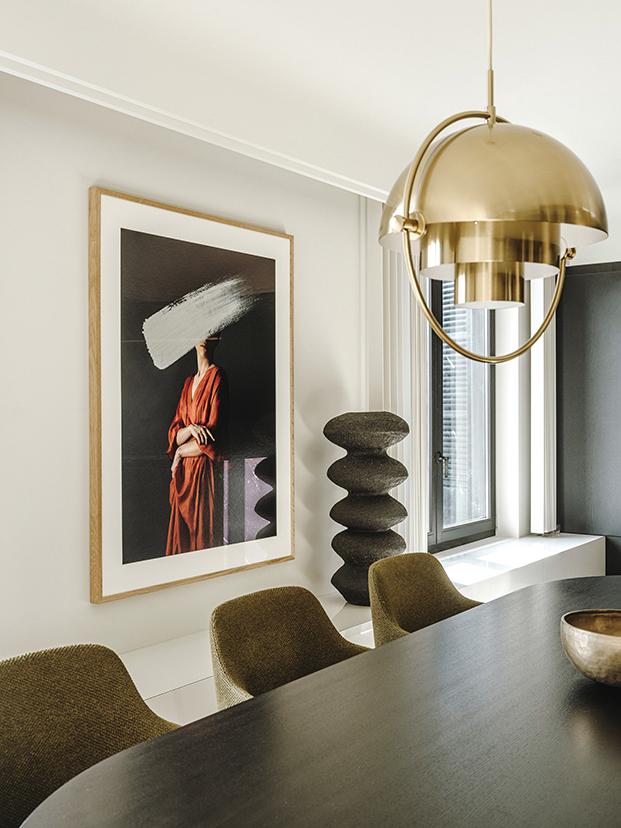 En el comedor, mesa y lámpara de Gubi, sillas de Poliform y una imagen de Andrea Torres junto a una escultura de Abigail Ozora