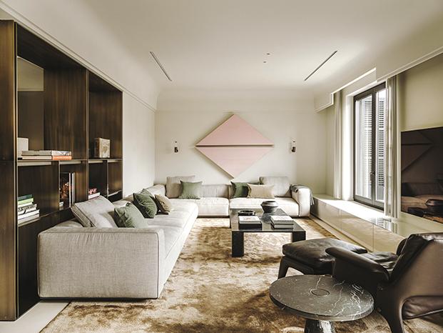 Muebles de diseño italiano y otros diseñados por el estudio protagonizan la zona de estar del salón. El sofá es de Flexform