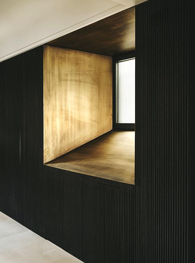 El negro y el dorado presiden esta casa al estilo Milán en Palma de Mallorca