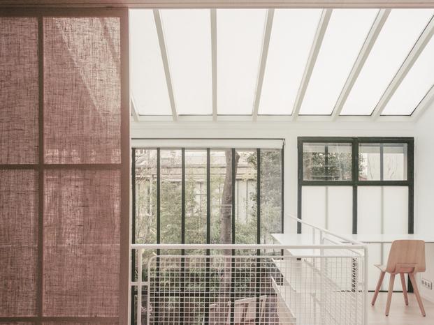 Atelier NEA. La delicada vivienda-atelier de una pareja de artistas en París.