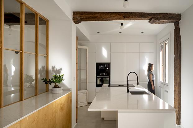Vista de la cocina con las vigas originales en el centro. Todo el equipamiento procede de Ikea