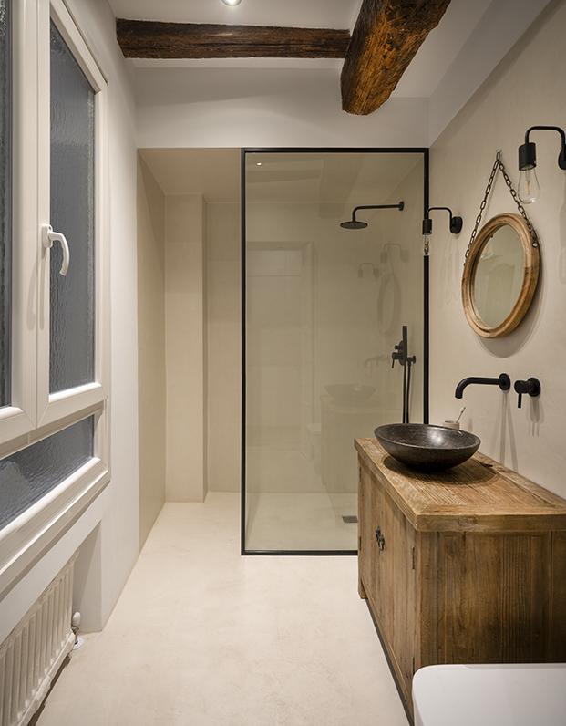 Los baños conservan la viguería original y son muy funcionales