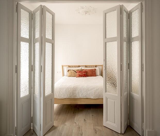 Unas contraventanas recuperadas dan paso al dormitorio principal cuenta con zona de estudio y un vestidor