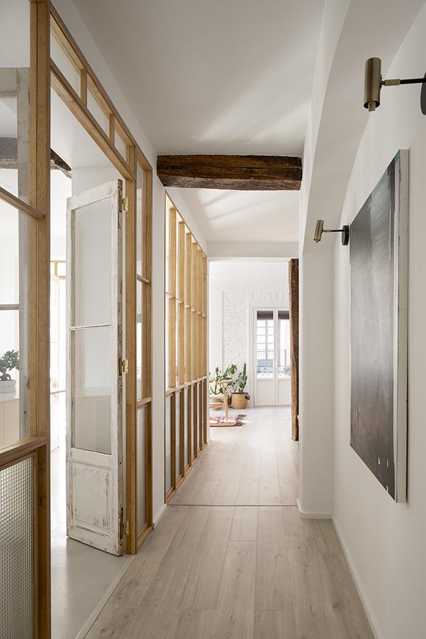Vista del cerramiento y las puertas balconeras que se han recuperado para el interior de la vivienda