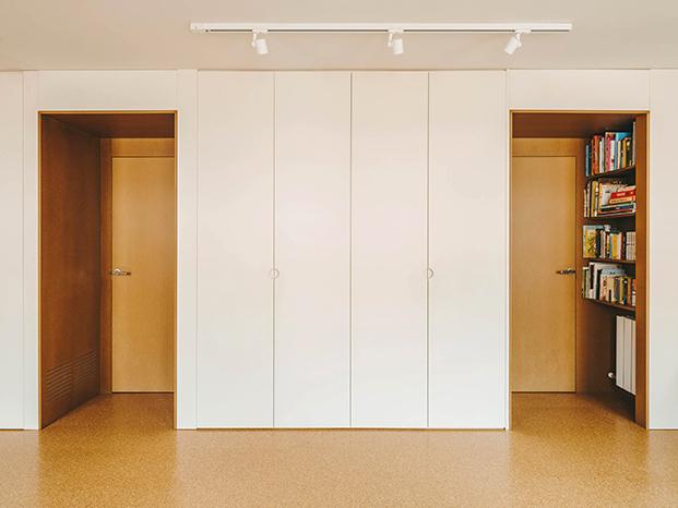 Dos puertas a ambos lados de los armarios permitirán en un futuro próximo reformar e  independizar  la amplia habitación infantil de este ático en Sarrià