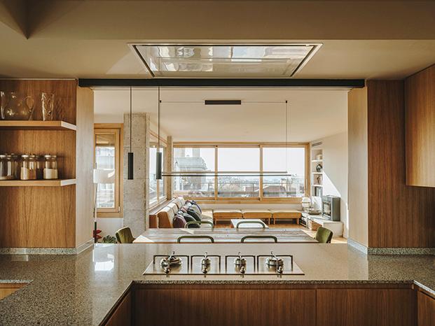 La cocina, abierta al salón permite disfrutar de la luz natural y de las vista mientras se está cociando