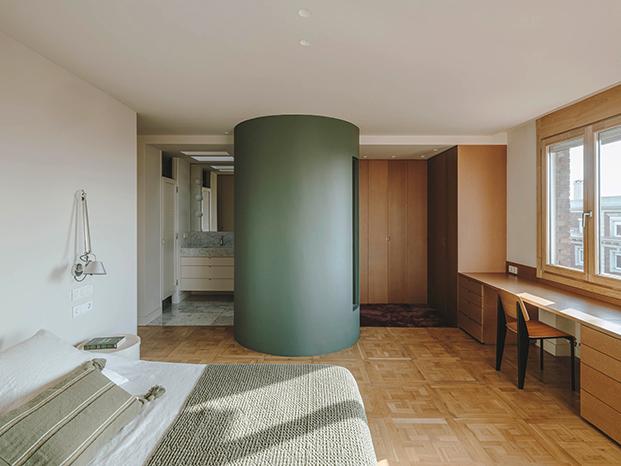 Un módulo esférico para evitar aristas, integra la zona de ducha dentro del dormitorio principal