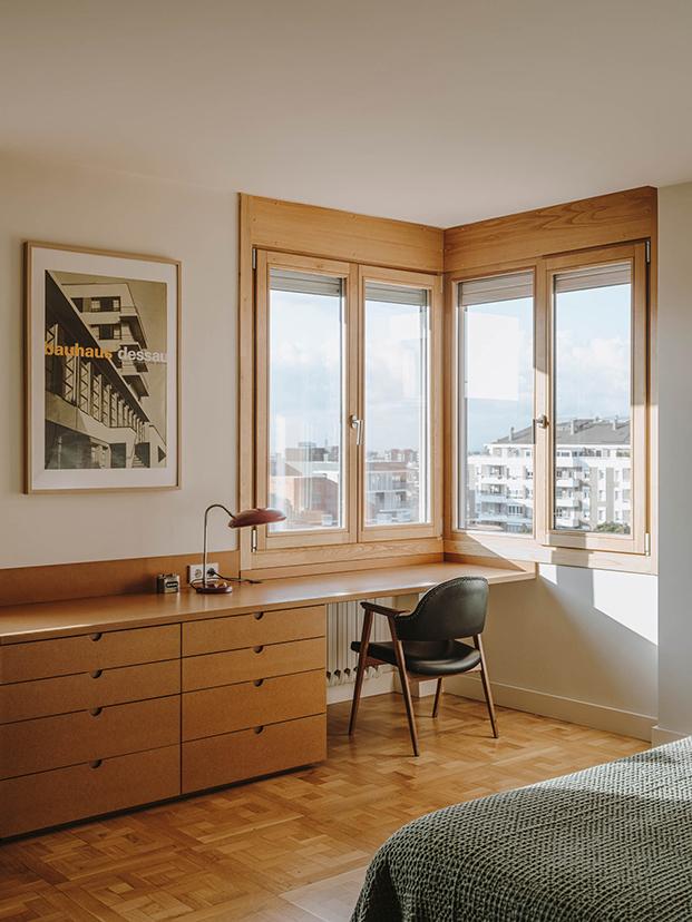 Vista de la zona de trabajo y lectura, realizada con un escritorio y cajoneras hechas a medida