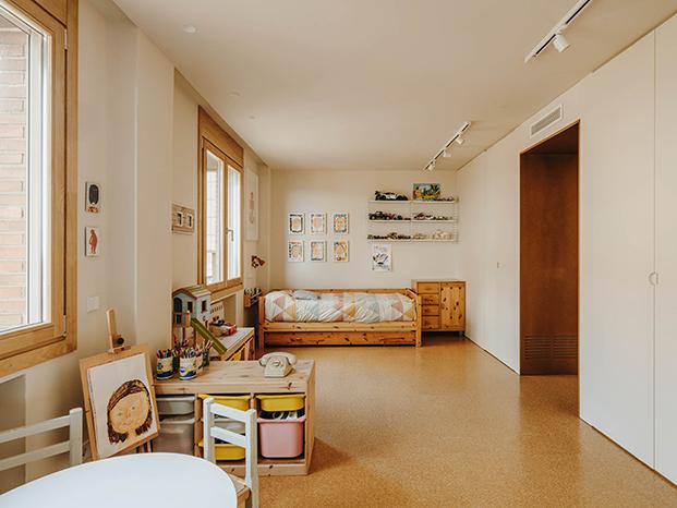 La habitación infantil se ha organizado de tal manera que pueda dividirse, dadas sus amplias dimensiones, en un futuro próximo