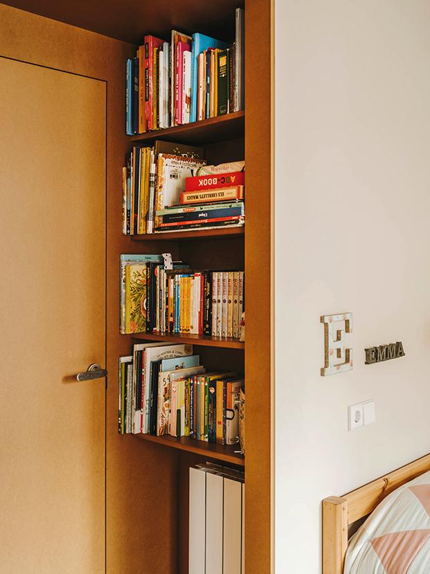 Estanterías hechas a media en la habitación infantil, puertas, escritorios y libreria están hechas a medida en DM