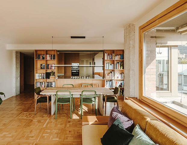 Muebles diseñados a medida para la reforma por Septiembre Arquitectura  personalizan este ático en Sarrià. En la imagen la zona de comedor comunicada con la cocina