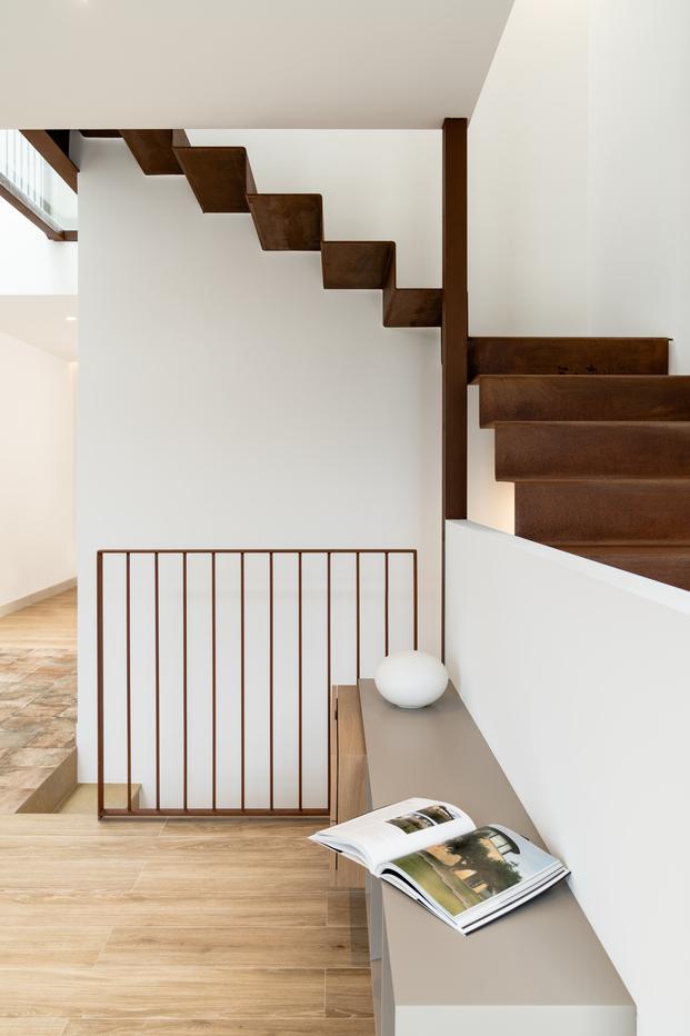 Una cocina turquesa, una claraboya y escaleras de hierro. Casa HE en Mahón de Líniarquitectura.