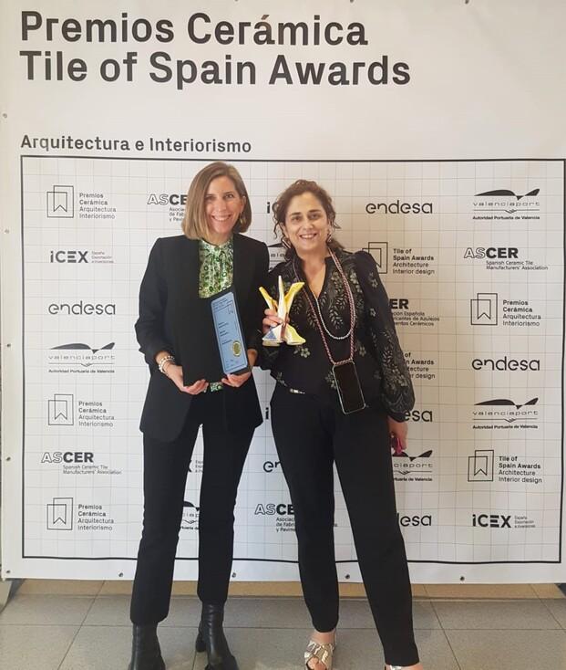 Recogieron el premio Gracia Cardona, directora, y Ariadna Rousaud, redactora jefa de Diariodesign.
