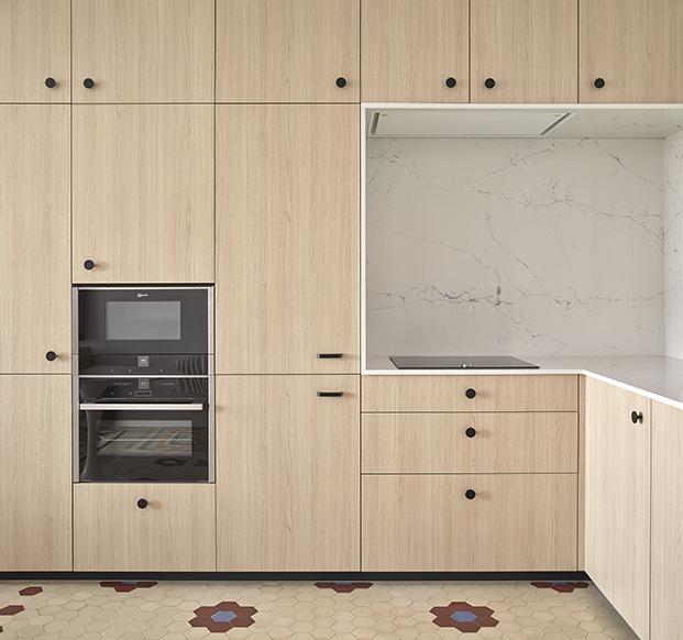 La cocina es un modelo de Cupra, sobre armarios de Ikea. Los tiradores son de Viefe