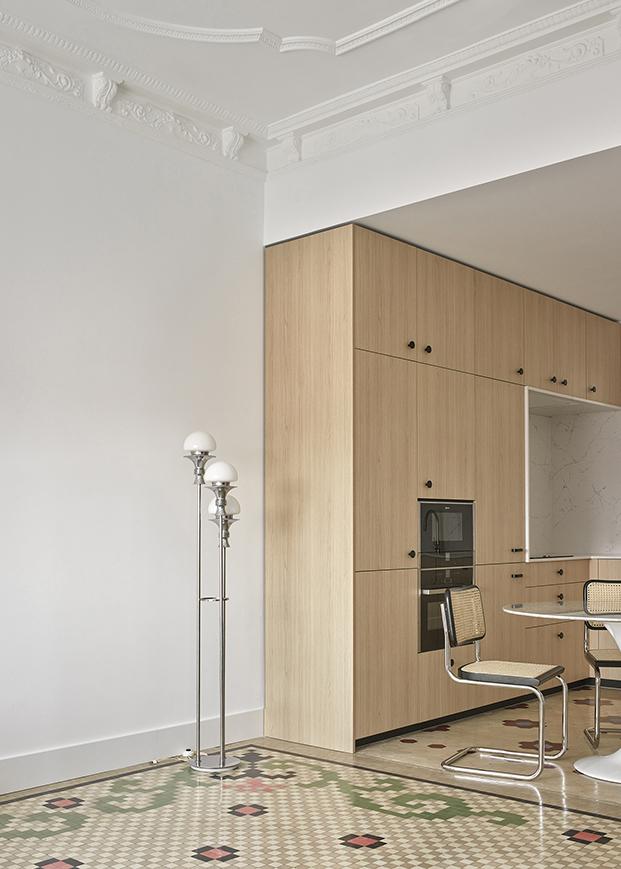 Vista de la cocina, un modelo de Ikea, customizado por Cubro y distintos muebles icónicos del diseño del siglo XX