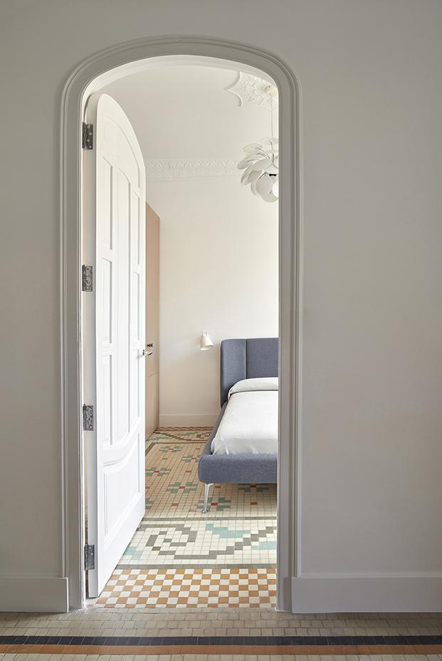 Otra puerta en forma de arco da paso al dormitorio principal