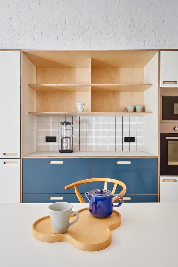 Reforma de un apartamento de 60 m2 en Barcelona. Estudio CO-A.  La cocina esta realizada por Cubro que personaliza los modelos de Ikea