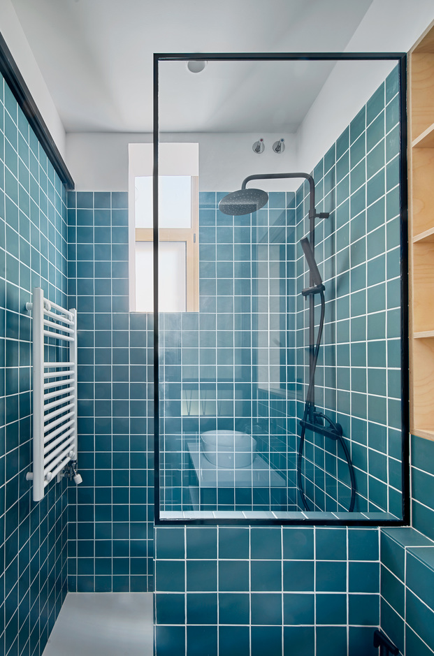 Reforma de un apartamento de 60 m2 en Barcelona. Estudio CO-A.  El baño se ha revestido en un azulejo verde azulado de Neocerámica