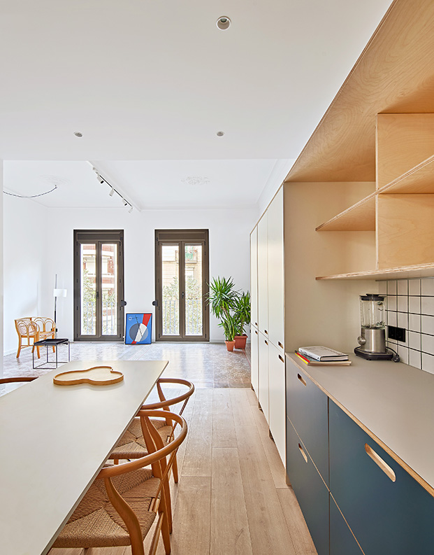 Desde la cocina vista de la zona de estar del salón con dos balcones a la calle