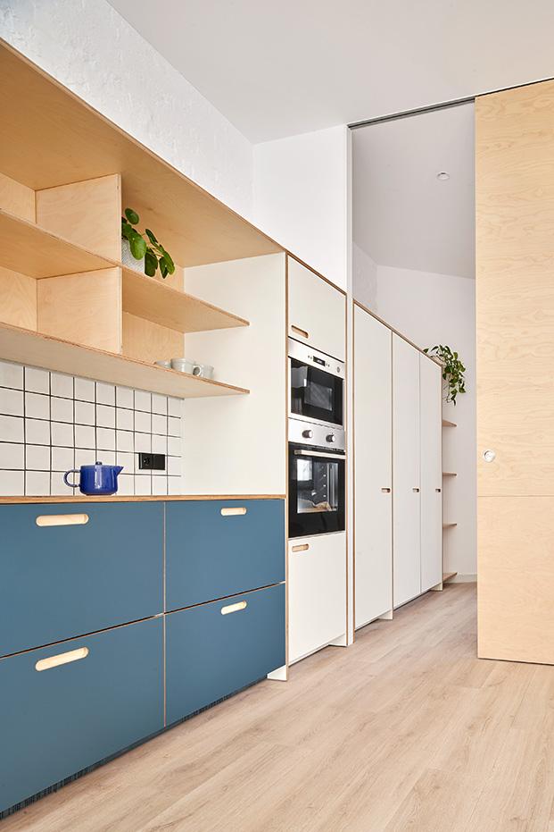 Para la reforma cocina del apartamento de 60 m2 se ha optado por un modelo de Cubro que funciona bien en cocinas pequeñas