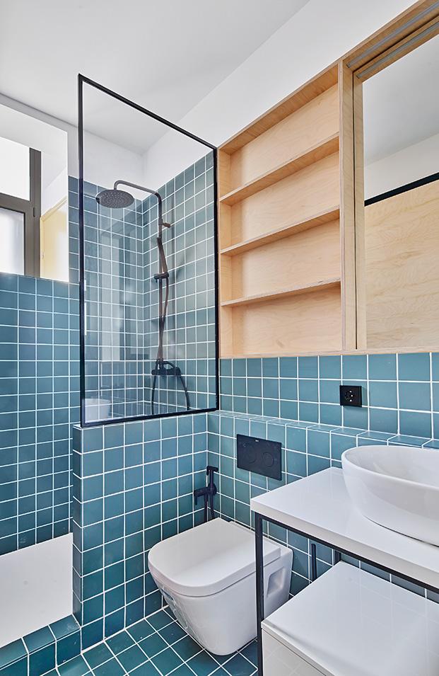 Top 10: diez baños modernos para coger buenas ideas. Losetas azules y perfilería negra