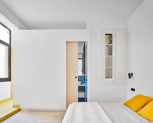 Los colores marcan los espacios, blanco el dormitorio, azul el baño, amarillo la zona de lavado