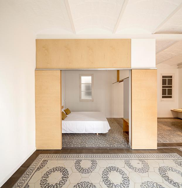 El dormitorio conectado mediante puertas correderas al comedor y al salón