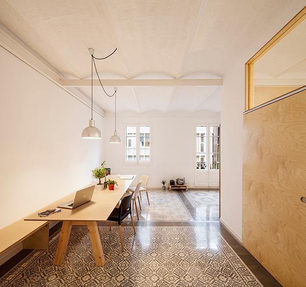Casa eixample con suelos hidraulicos y puertas correderas. reforma low cost