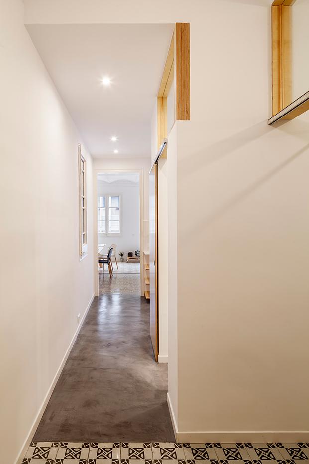 Desde la entrada, vista del pasillo que lleva al baño, la cocina y luego a la zona común y dormitorio