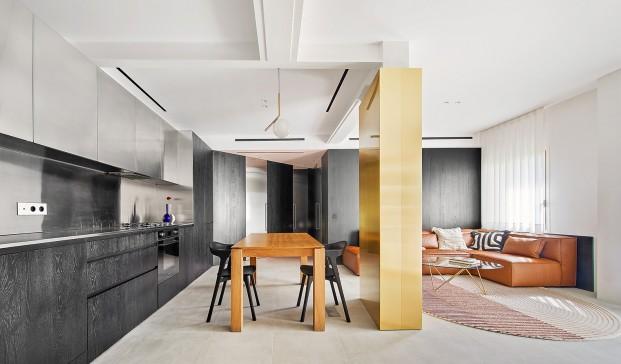 Casa particular del arquitecto Raúl Sánchez en Poblenou, Barcelona. Cocina negra. Sofá de piel.