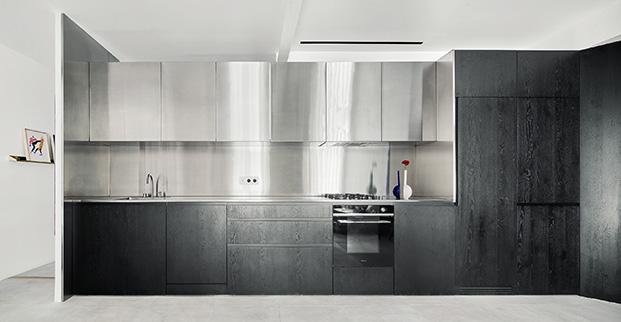 La cocina de la casa del arquitecto Raúl Sánchez en acero y madera