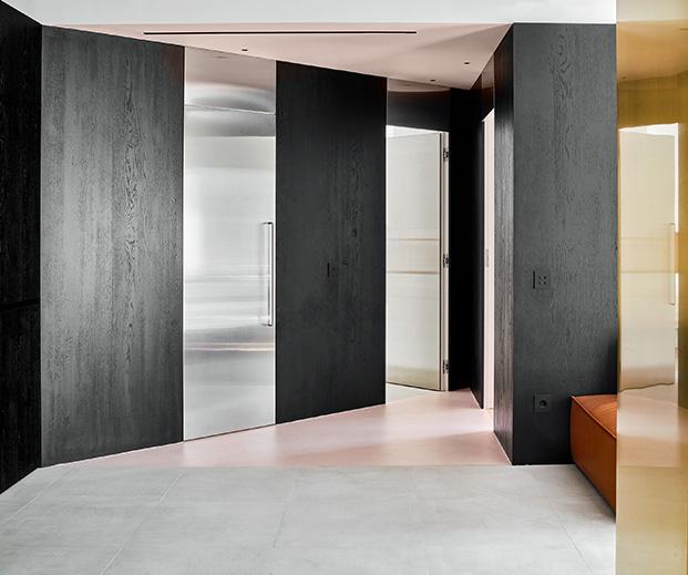 Puertas de acero inoxidable con tiradores de diseño dan paso a la zona de dormitorios