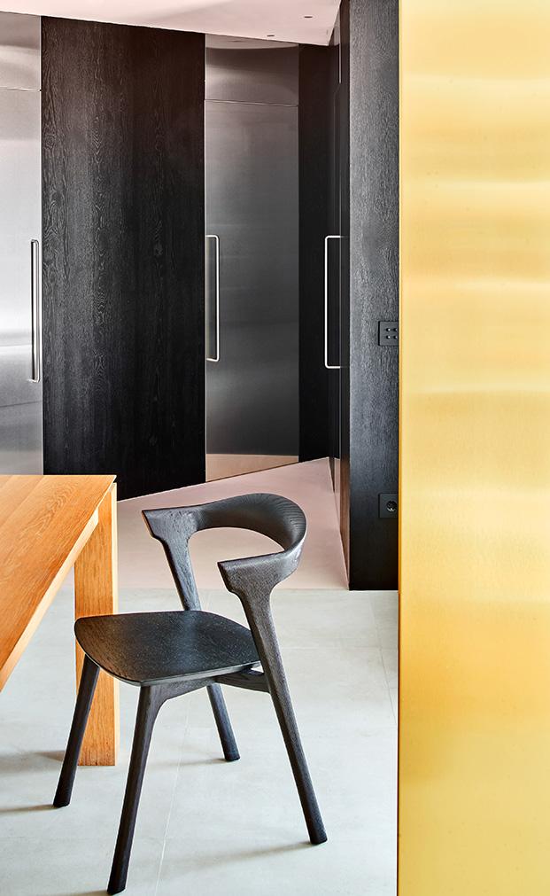 El la madera negra y el latón dos de los grandes protagonistas de la casa del arquitecto Raúl Sánchez