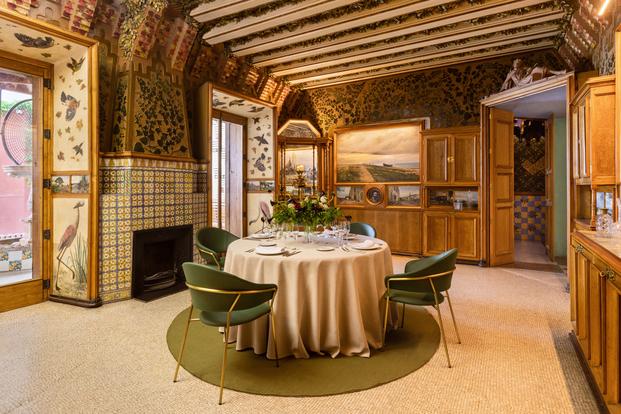 Airbnb dormir en la Casa Vicens de Gaudí. 5 edificios míticos de Barcelona que ofrecen experiencias únicas.
