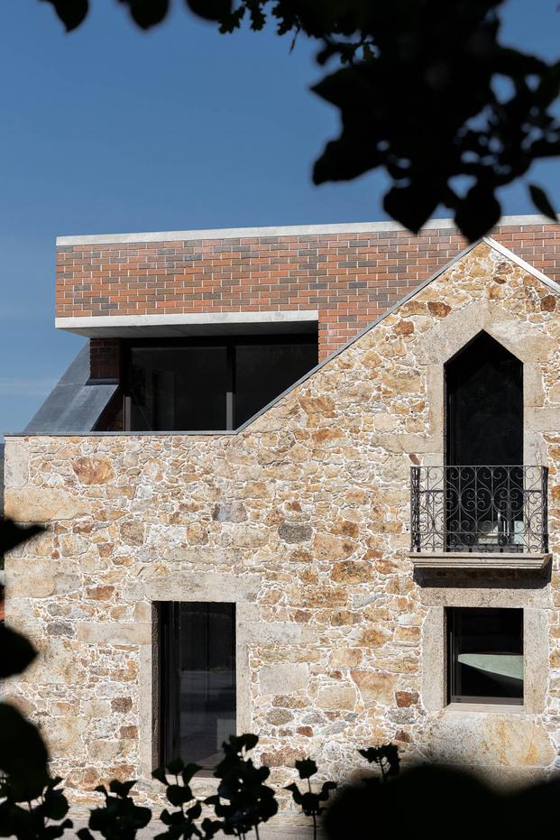 Casa Box en Portugal. Arquitecto Tiago Sousa. Fotografía Ivo Tavares Studio. Juego de volúmenes