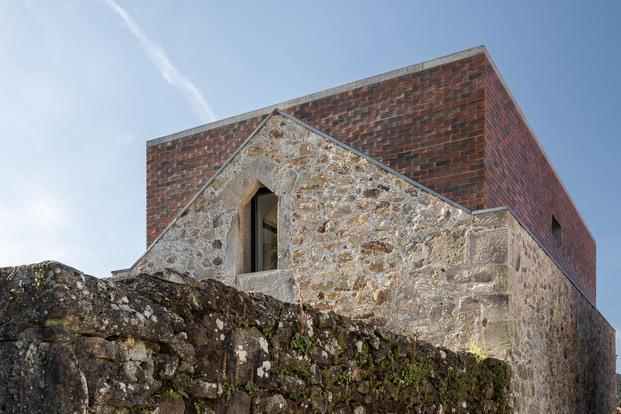 Casa Box en Portugal. Arquitecto Tiago Sousa. Fotografía Ivo Tavares Studio. Contraste piedra y ladrillo visto