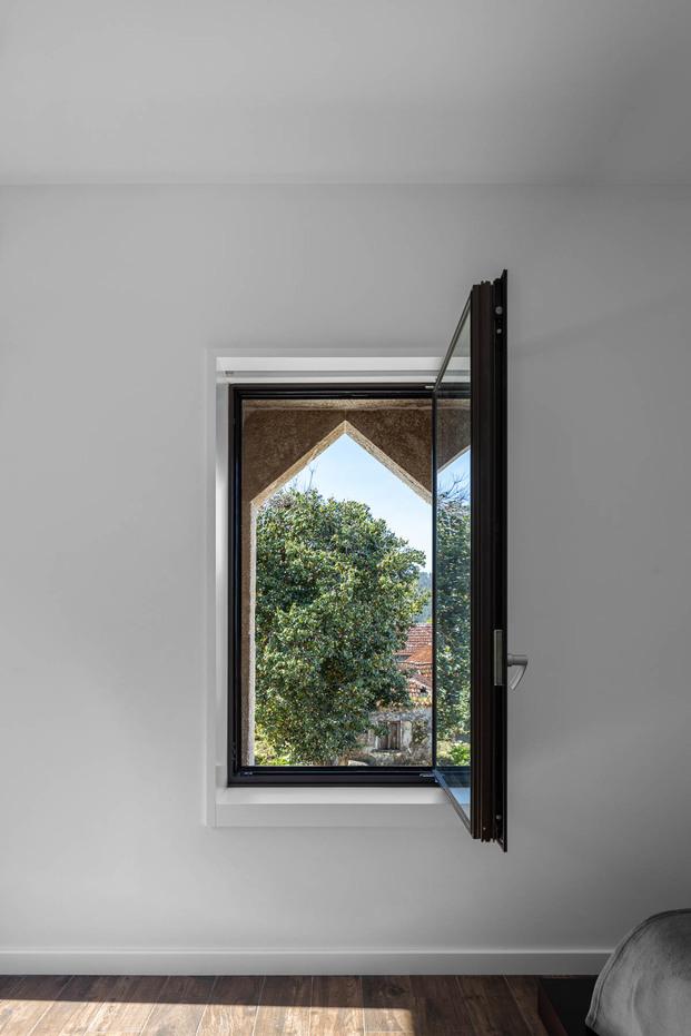Casa Box en Portugal. Arquitecto Tiago Sousa. Fotografía Ivo Tavares Studio. Vistas desde la ventana interior