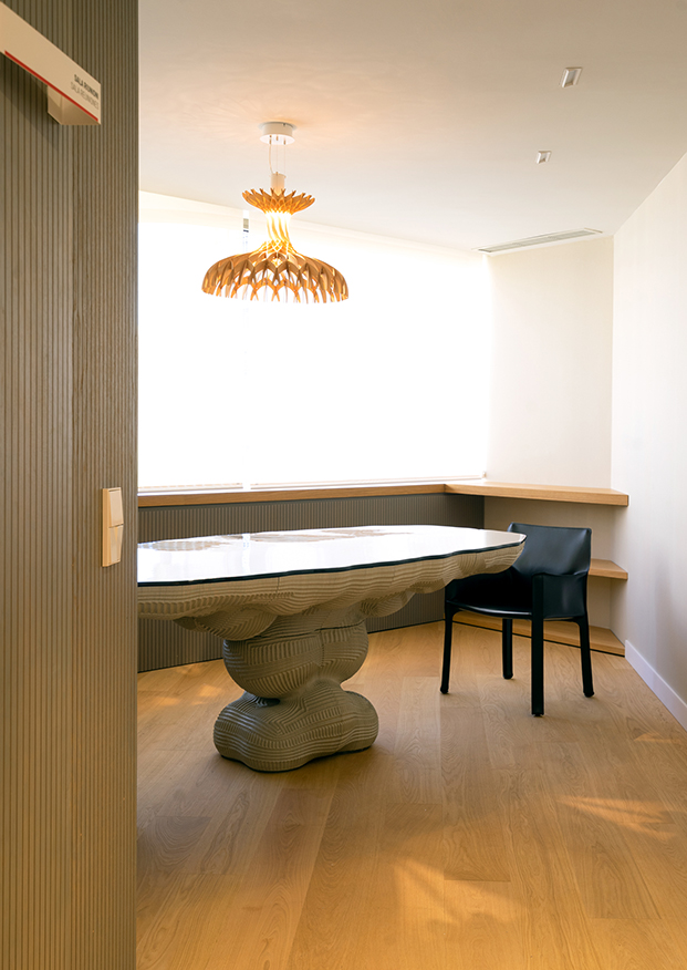 Muebles y lámparas que firman creadores italianos que viven en Barcelona, como Benedetta Tagliabue, autora de la lámpara Domita que edita Bover, decoran los espacios